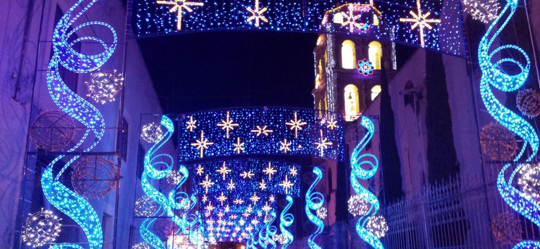 Calle llena de luces